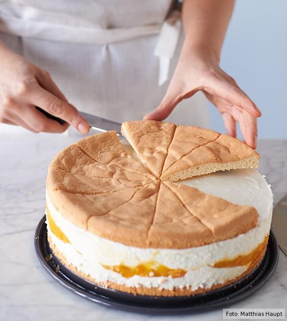 Käse-Sahne-Torte, Biskuitstücke auf Torte