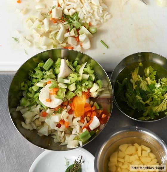 fein geschnittenes Gemüse in Schüsseln