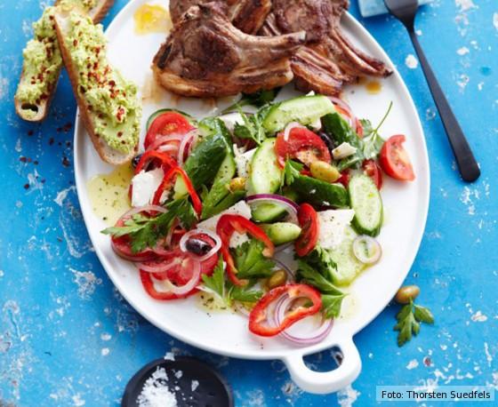 Delinero, Rezept, Griechischer Salat mit Lammkoteletts