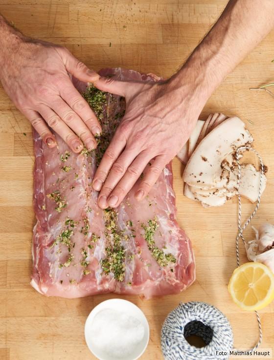 Porchetta, Kräutermischung auf Fleisch verteilen