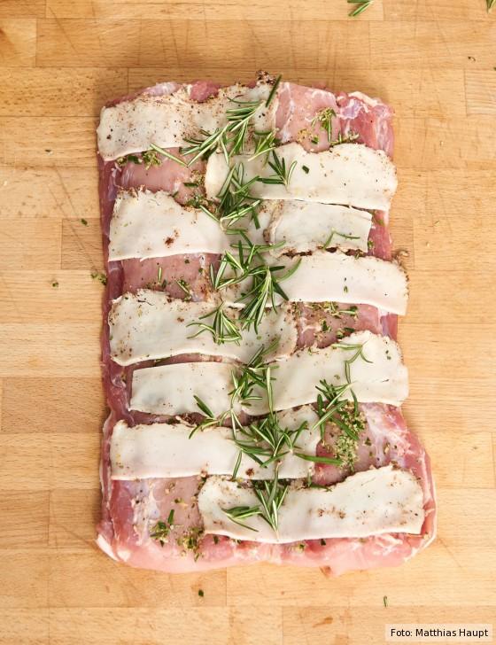 Porchetta, Lardo auf Fleisch legen
