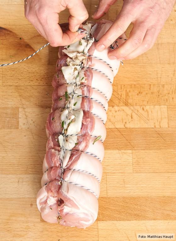 Porchetta, Fleisch zusammenbinden
