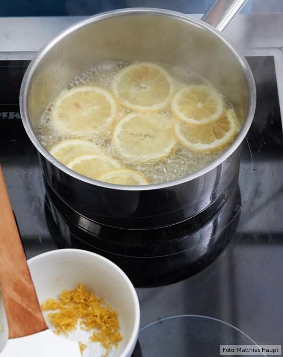 Eistorte, wie macht man, Zitronenscheiben in Sirup kochen