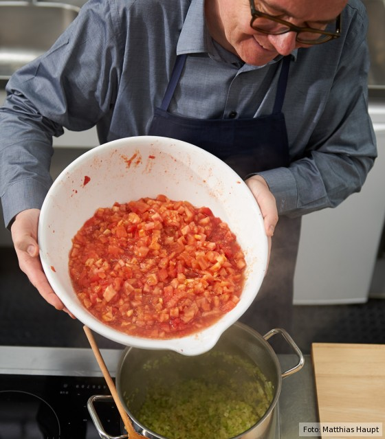 Tomatensugo, Zutaten aufkochen