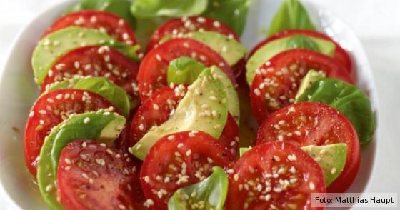 ein frischer Salat mit Tomaten und Avocado
