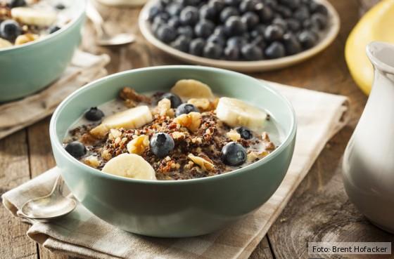 Frühstück, gesund, Quinoa, Nussmilch, Heidelbeeren, Bananen, Energie, Eiweiß