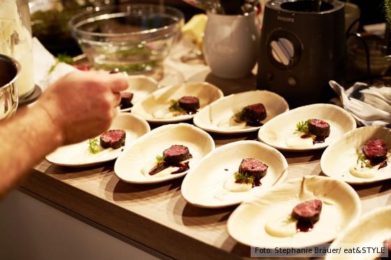 Fleisch angerichtet auf dem Teller, eat and style
