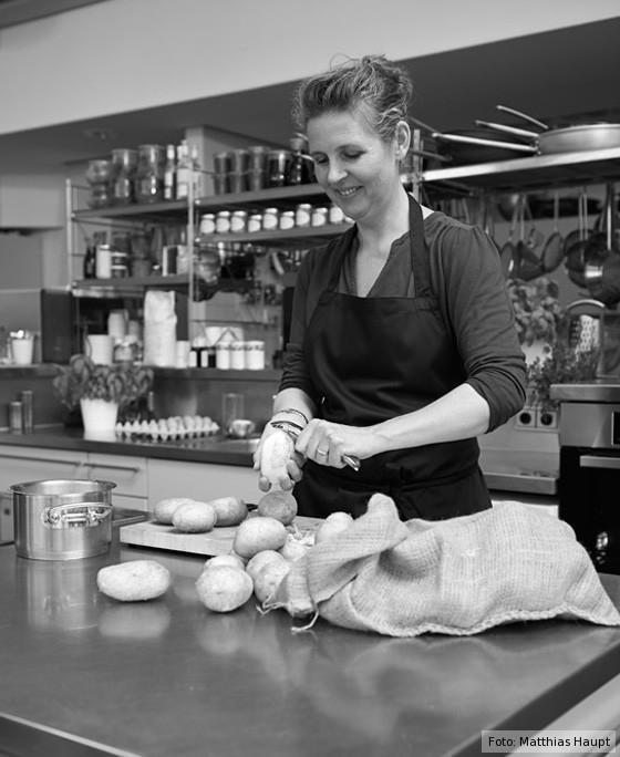 Hege Marie Köster schält Kartoffeln
