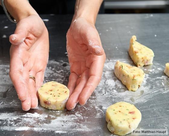 Kartoffel-Taler in Form bringen