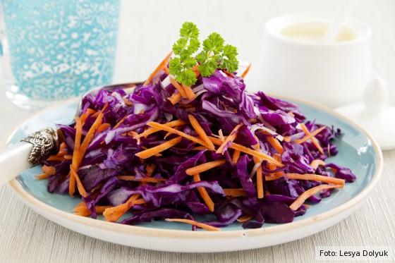 Frischer Rotkohlsalat mit Möhren