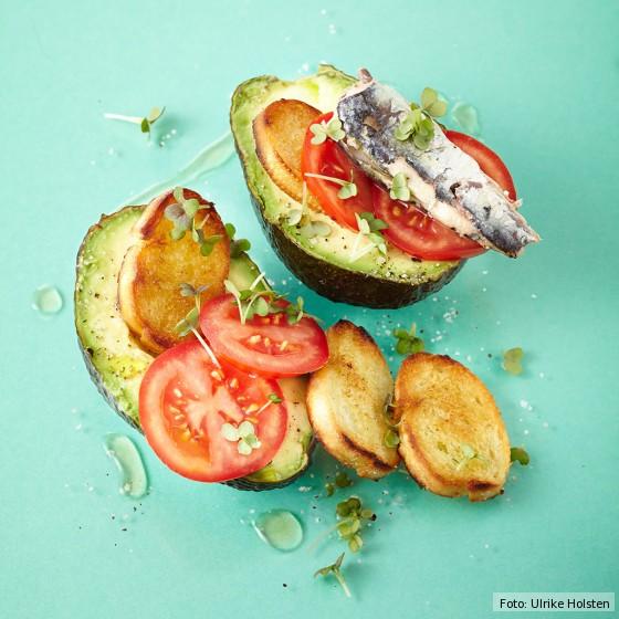 Avocado mit Crostini und Ölsardinen