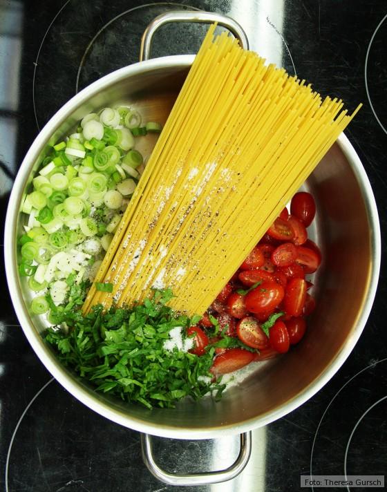 Rohe Zutaten Spaghetti, Frühlingszwiebeln, Petersilie und Tomaten im Topf für One Pot Pasta