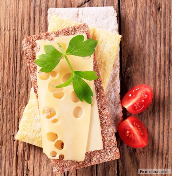 Drei Sorten Knäckebrot mit Käse und Tomaten