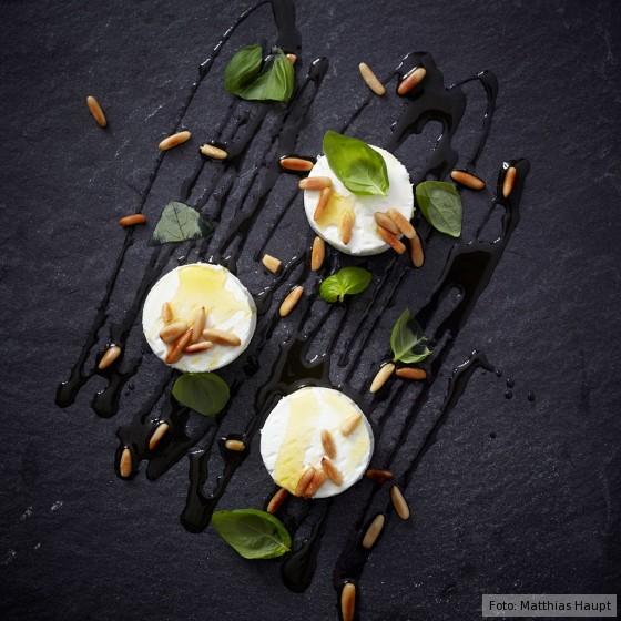 Ziegenkäsetaler mit Pinienkernen