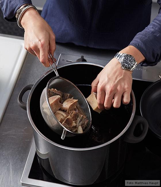 Consommé,  wie macht man, Grundrezept, Fleisch, Rind, Rinderknochen, Brühe, Suppe, Kochen