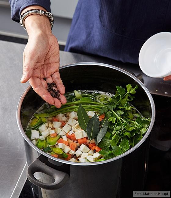 Consommé, wie macht man, Grundrezept, Fleisch, Rind, Rinderknochen, Brühe, Suppe, Gemüse, Gewürze