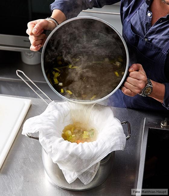 Consommé,  wie macht man, Grundrezept, Fleisch, Rind, Rinderknochen, Brühe, Suppe, Mulltuch, Sieb, abgießen