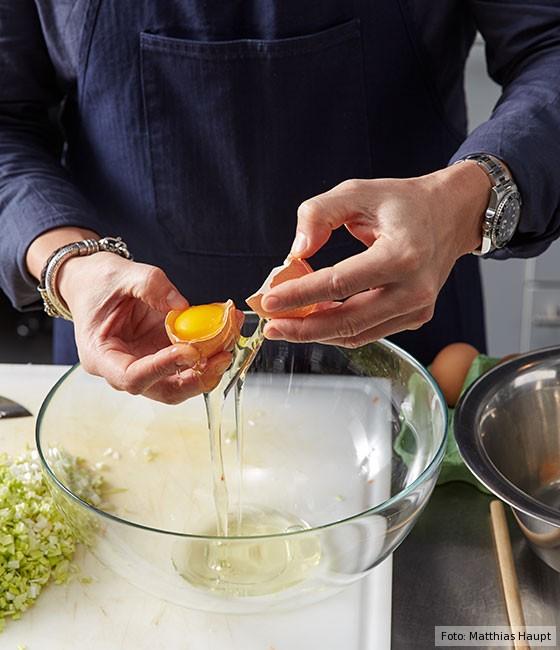 Wie macht man Consommé, Grundrezept, Eiweiß für Klärfleisch aufschlagen