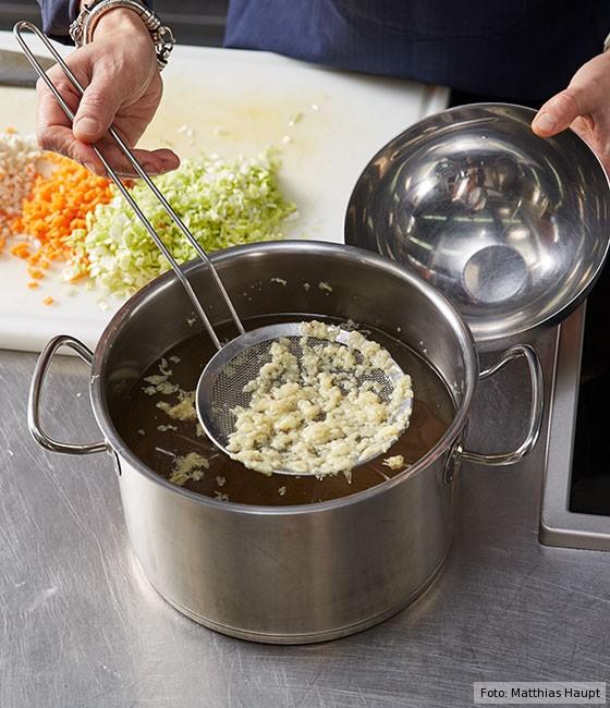 Consommé,  wie macht man, Grundrezept, Fleisch, Rind, Rinderknochen , Brühe, Suppe, Brühe entfetten