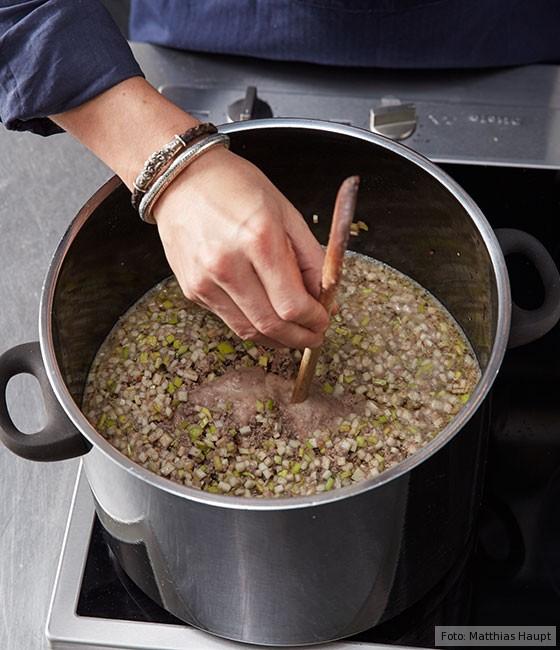 Consommé,  wie macht man, Grundrezept, Fleisch, Rind, Rinderknochen , Brühe, Suppe, Fleischkuchen abkühlen
