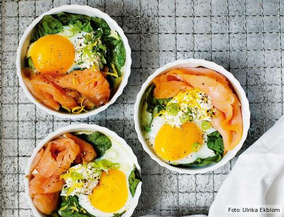 Eier im Förmchen serviert mit Lachs und Spinat