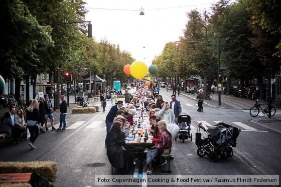 Food-Liebhaber genießen ein gemeinsames Essen unter freiem Himmel in Frederiksberg