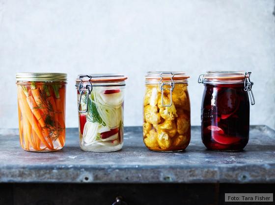 Fermentiertes Gemüse in Einmachgläsern aus dem Kochbuch Fermentiert
