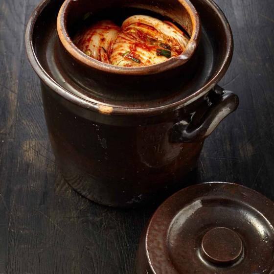 Kimchi, koreanisch, fermentiert, luftdichte Tongefäße